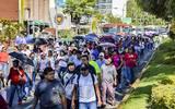 Maestros pertenecientes al SUSPEG marchando por la avenida costera Miguel Alemán