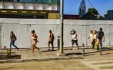 Ciudadanos caminando por la costera miguel alemán, debido a la protesta de los maestros